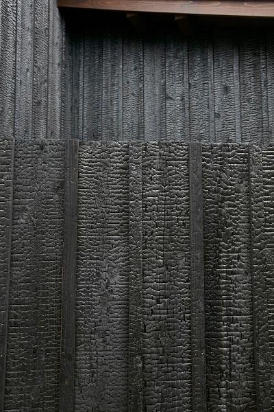 天龍焼杉の外壁と板塀