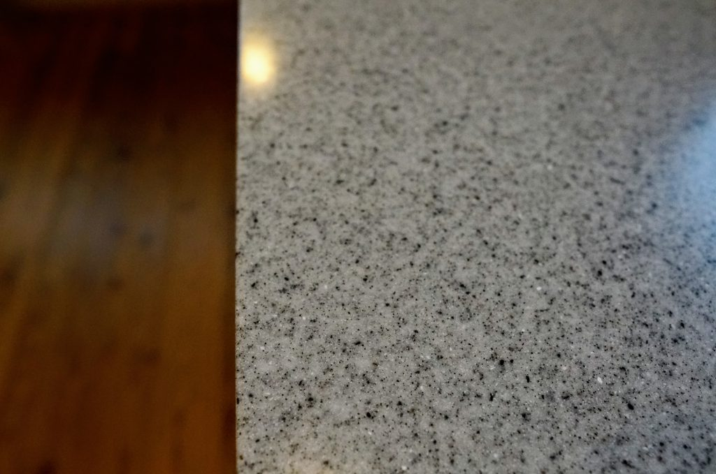 キッチン天板は高級人工大理石